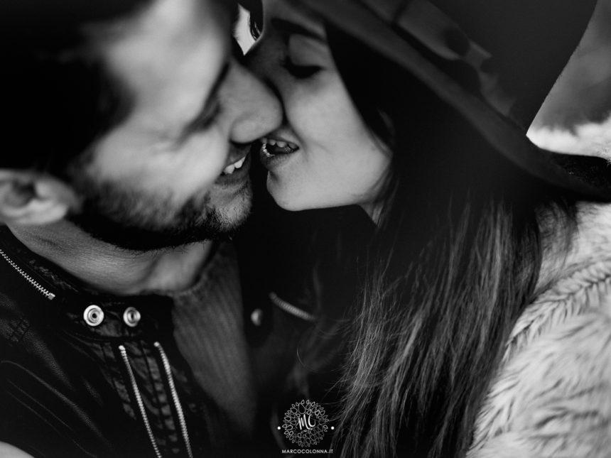 bacio fidanzati sorridenti